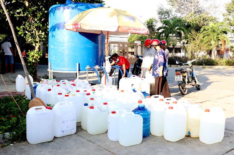Người dân xếp hàng nhận nước ngọt miễn phí trong đợt hạn mặn 2019-2020.