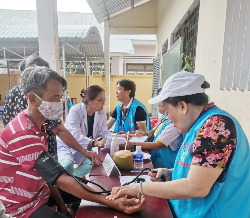 Đoàn khám bệnh miễn phí cho người nghèo. Ảnh: Trọng Ân