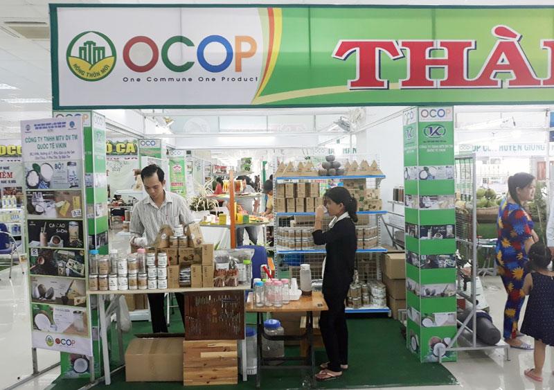 Sản phẩm OCOP của TP. Bến Tre trưng bày tại hội chợ xúc tiến thương mại.
