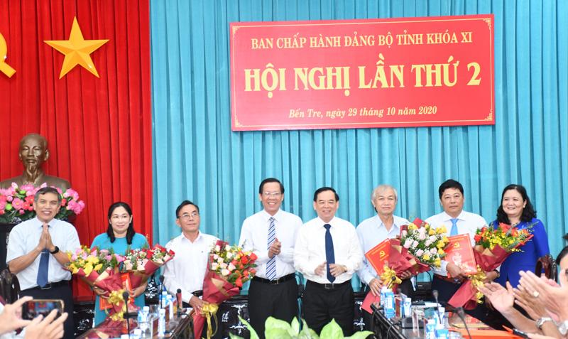 Bí thư Tỉnh ủy Phan Văn Mãi và Phó bí thư Tỉnh ủy Trần Ngọc Tam trao các quyết định về hưu. Ảnh: H.Hiệp
