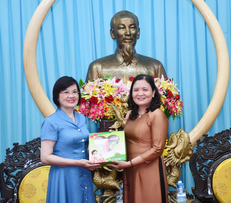 Phó bí thư Tỉnh ủy Hồ Thị Hoàng Yến trao quà cho Đại sứ Nguyễn Nguyệt Nga. Ảnh: H.Hiệp