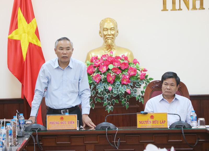 Thứ trưởng Bộ Nông nghiệp và Phát triển nông thôn Phùng Đức Tiến phát biểu tại buổi làm việc.