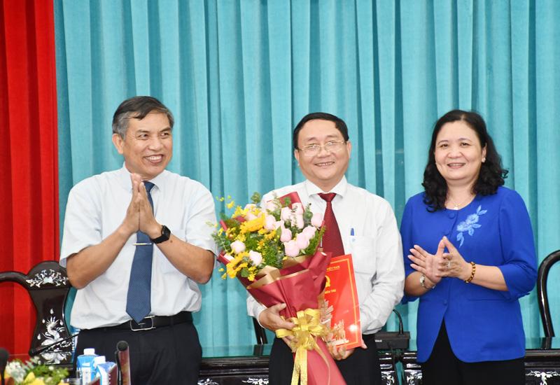 Lãnh đạo tỉnh trao quyết định và hoa chúc mừng đồng chí Đoàn Văn Đảnh. Ảnh: T.Huyền