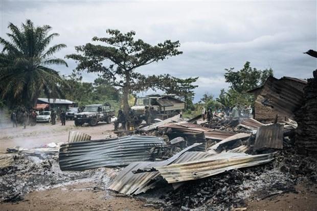Nhà cửa bị thiêu rụi trong một vụ tấn công tại làng Manzalaho, gần Beni, CHDC Congo, tháng 2-2020. (Ảnh: AFP/TTXVN)