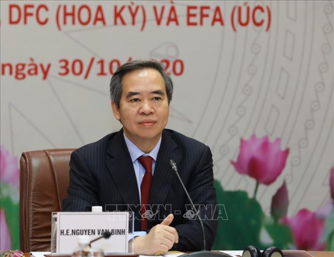 Trưởng Ban Kinh tế Trung ương Nguyễn Văn Bình chủ trì buổi hội đàm trực tuyến tại điểm cầu Hà Nội ( Việt Nam). Ảnh: Văn Điệp/TTXVN