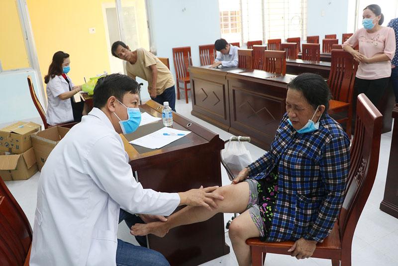 Người khuyết tật được khám, cấp thuốc miễn phí. Ảnh: T.Thảo
