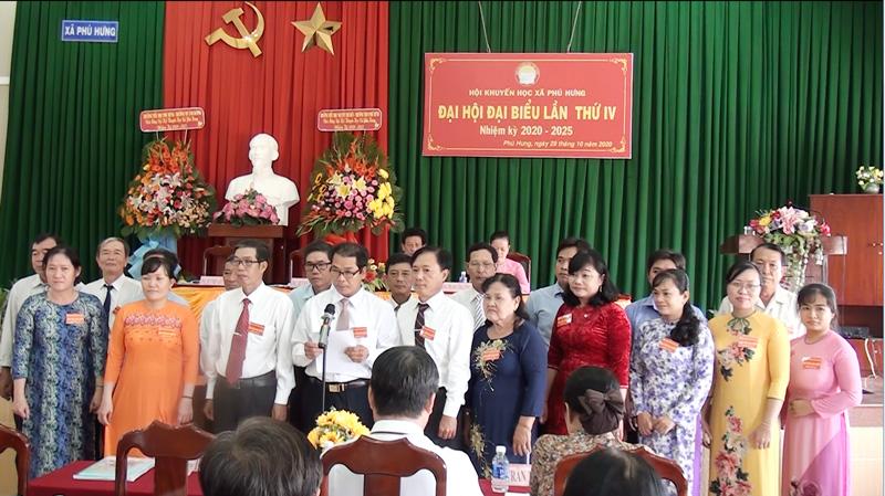Ban Chấp hành nhiệm kỳ mới ra mắt Đại hội. Ảnh: Quang Uy.