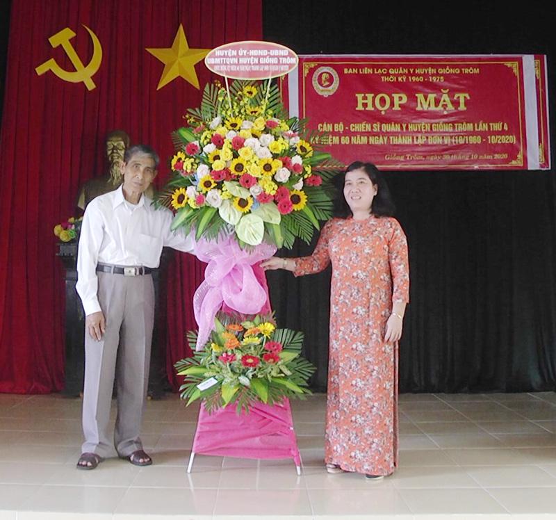Huyện ủy, HĐND, UBND huyện gửi lẵng hoa chúc mừng sự kiện.