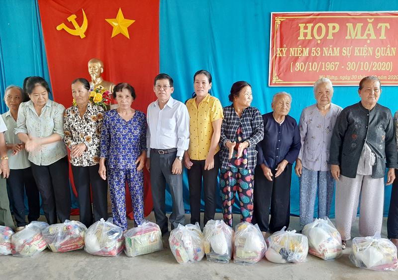 Phó bí thư Thường trực Huyện ủy Phạm Văn Bé Năm trao quà cho gia đình chính sách. Ảnh: Văn Minh