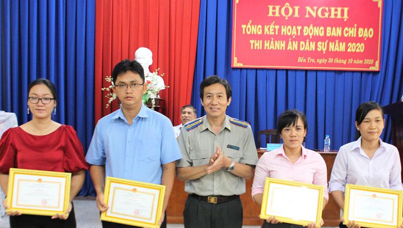 Cục Trưởng Cục THADS  tỉnh Nguyễn Văn Nghiệp tặng giấy khen cho các cá nhân có thành tích xuất sắc năm 2020.