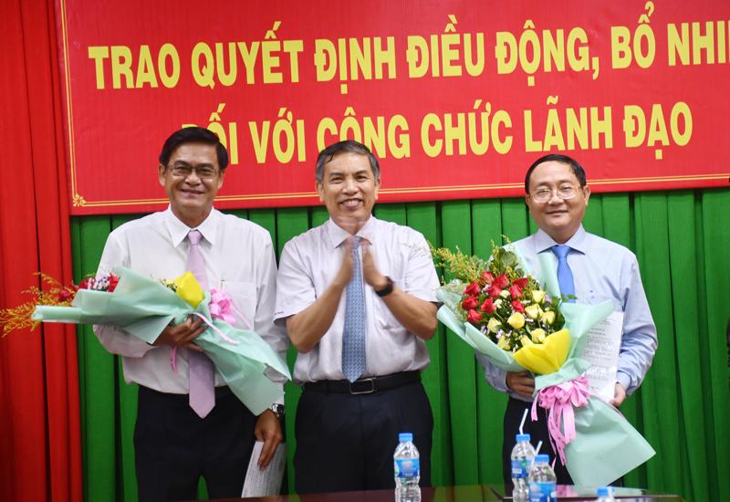 Chủ tịch UBND tỉnh Cao Văn Trọng trao quyết định.