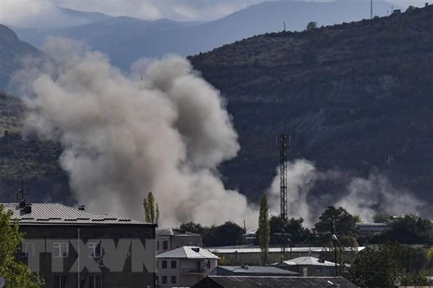 Khói bốc lên sau vụ pháo kích trong cuộc xung đột giữa lực lượng Azerbaijan và Armenia tại thành phố Stepanakert thuộc khu vực tranh chấp Nagorny-Karabakh ngày 9-10-2020. (Nguồn: AFP/TTXVN)