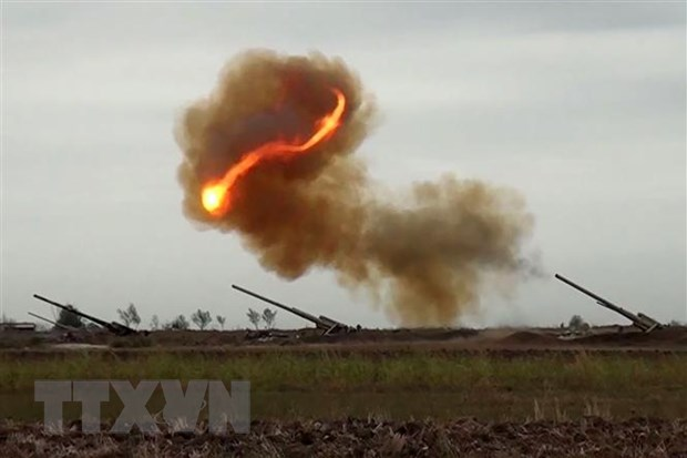 Binh sỹ Azerbaijan nã pháo về phía lực lượng Armenia trong xung đột tại khu vực tranh chấp Nagorny-Karabakh. (Nguồn: AFP/TTXVN)