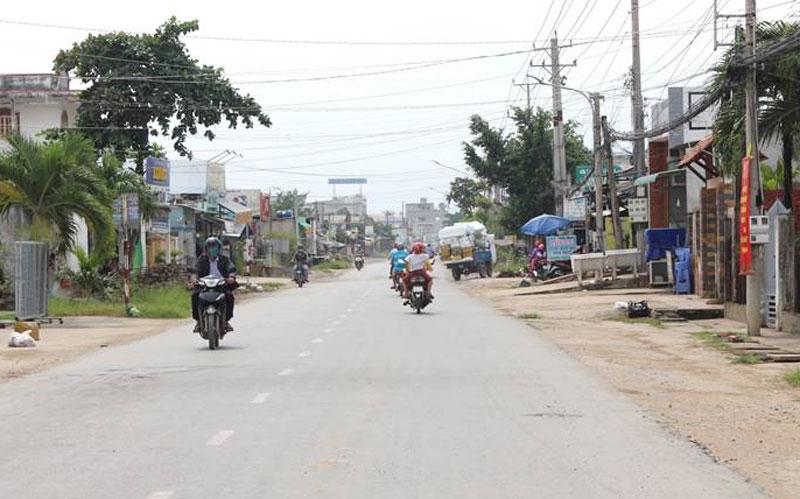 Một đoạn quốc lộ 57B thuộc khu vực xã Bình Thới sau khi được lập lại trật tự an toàn giao thông đường bộ. Ảnh: H. Đức