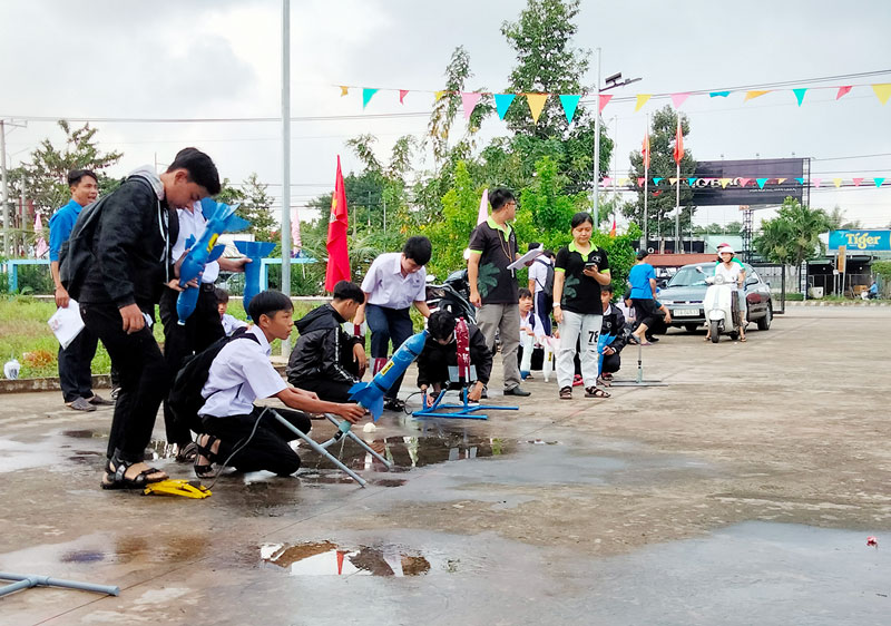 Thí sinh tham dự phần thi tên lửa nước.