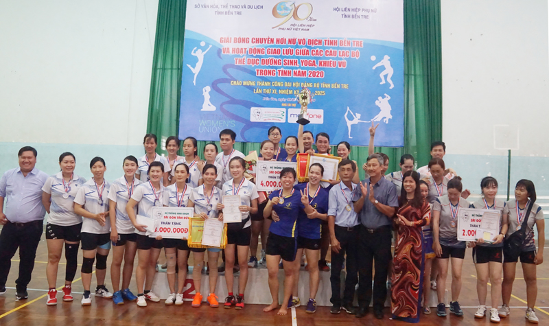 Ban tổ chức trao giải cho đội đạt giải ở hệ chuyên nghiệp.