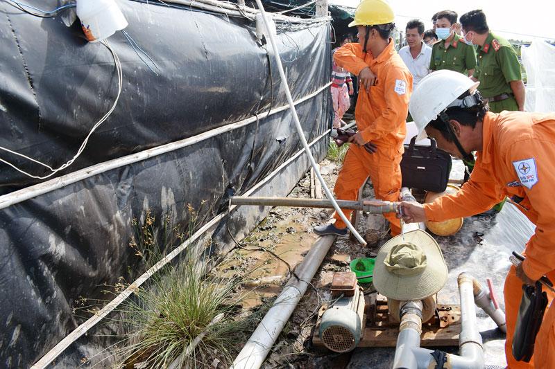 Lực lượng chức năng khám nghiệm hiện trường một vụ tai nạn điện chết người ở huyện Bình Đại. Ảnh: Quang Duy