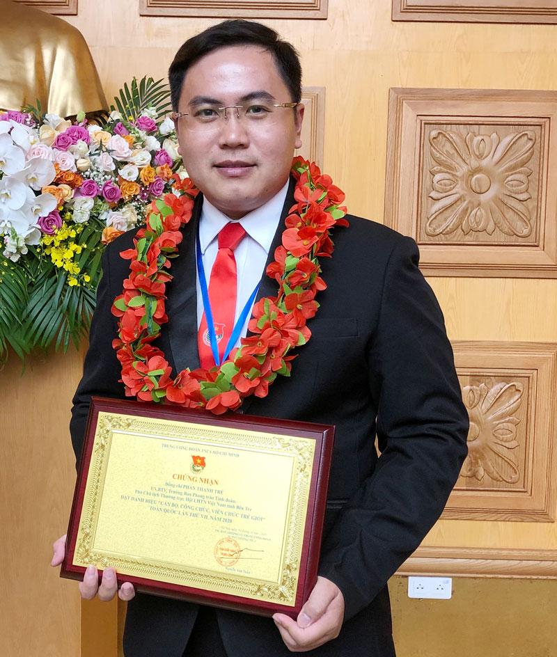 """Anh Phan Thanh Trẻ nhận giải thưởng """"Cán bộ, công chức, viên chức trẻ, giỏi"""" toàn quốc năm 2020. Ảnh: nhân vật cung cấp"""