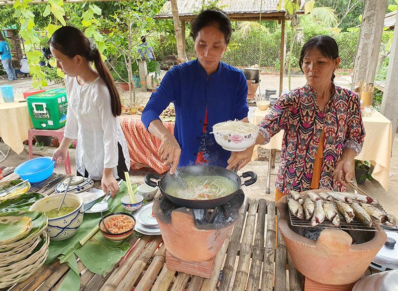 Gian hàng ẩm thực miền quê tại homestay Cồn Bà Tư.