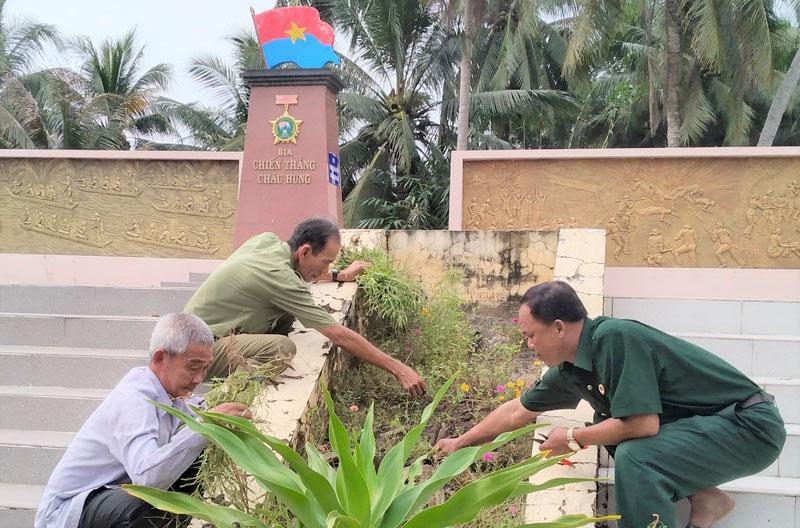 Cựu chiến binh xã Châu Hưng làm đẹp di tích Bia chiến thắng Châu Hưng.