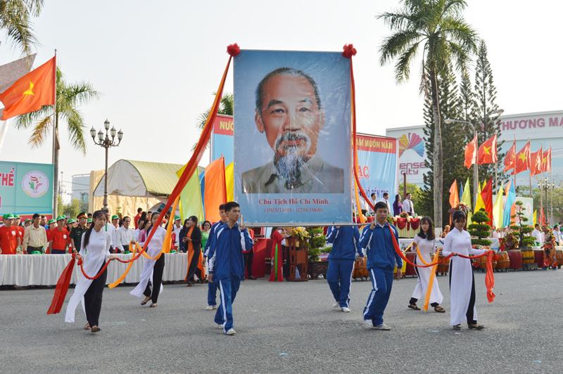 Nghi thức diễu hành chân dung Chủ tịch Hồ Chí Minh tại ĐH lần thứ VIII - năm 2018.