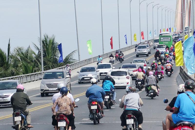 Lưu lượng xe qua lại cầu Rạch Miễu tăng cao vào dịp lễ, Tết. Ảnh: T.Thảo