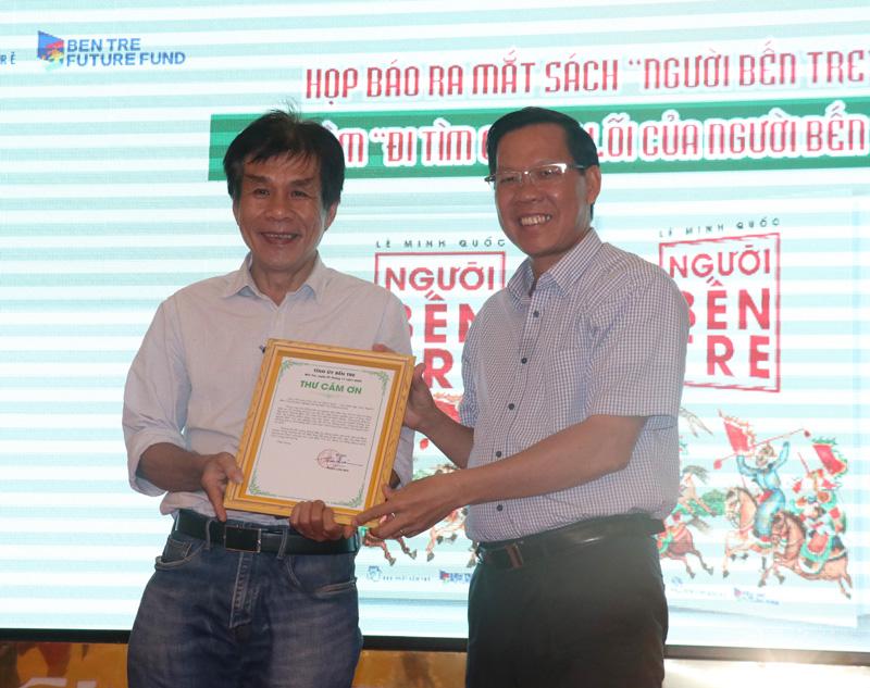 Bí thư Tỉnh ủy Phan Văn Mãi trao thư cảm ơn cho nhà văn - tác giả Lê Minh Quốc