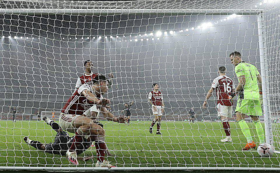 Hàng thủ Arsenal (đỏ) vào lưới nhặt bóng ở bàn thua thứ ba. Ảnh: AP