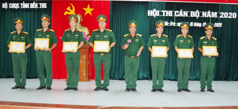 Khen thưởng cho các cá nhân đạt thành tích cao trong Hội thi Cán bộ năm 2020. Ảnh: Đ.Thạch
