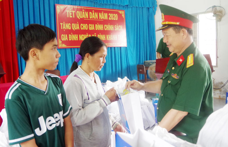 Đại tá Lê Văn Hùng - Chính ủy Bộ Chỉ huy Quân sự tỉnh tặng quà cho gia đình chính sách và học sinh nghèo hiếu học xã Bình Khánh, huyện Mỏ Cày Nam trong chuỗi hoạt động Tết quân - dân 2020.