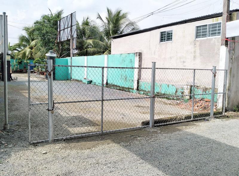 Lối vào nhà của bà P bị rào bằng lưới B40 và trụ sắt, vẫn chưa thể cưỡng chế buộc tháo dỡ để thi hành quyết định áp dụng BPKCTT của Tòa án. Ảnh: PV