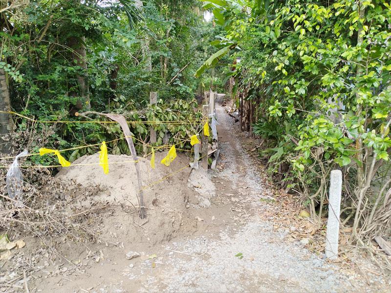 Đoạn đường Tổ 17, 18 ấp Phú Tân, xã Châu Hòa bị rào chắn chỉ còn khoảng 1m.