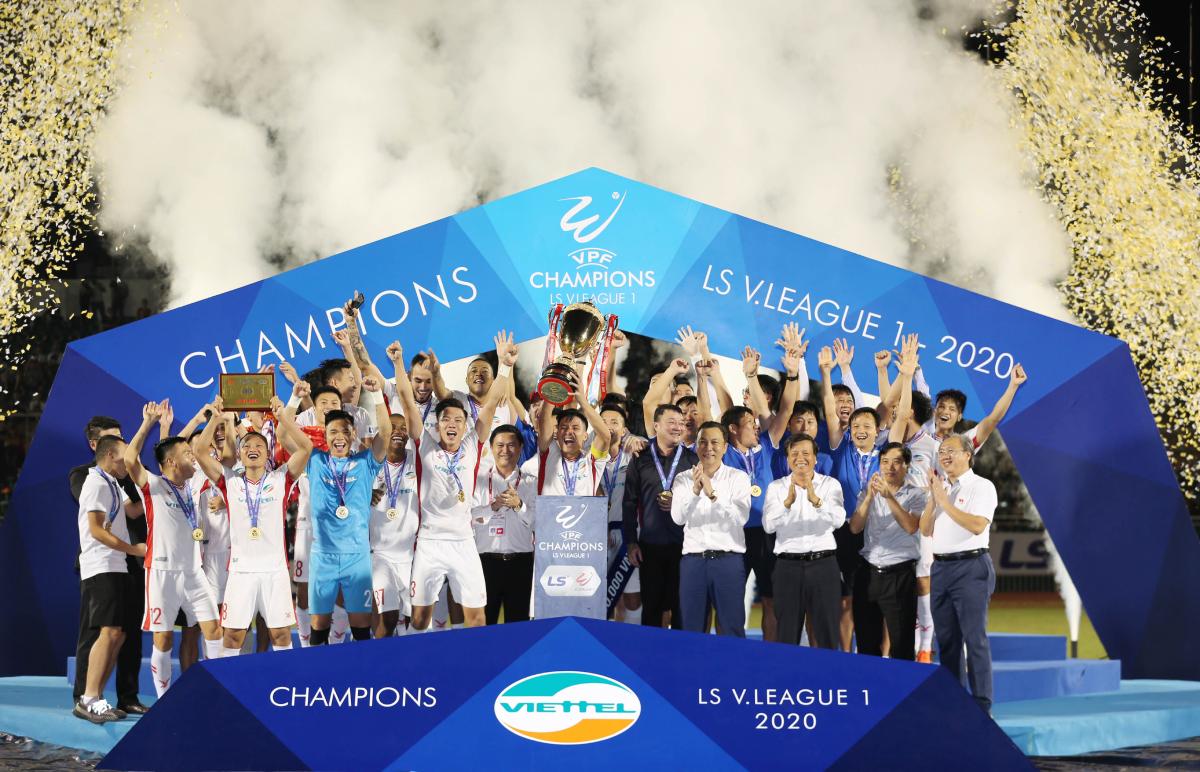 Thủ quân Bùi Tiến Dũng nâng Cup cùng các đồng đội, sau khi đánh bại Sài Gòn FC ở lượt cuối cùng giai đoạn II V-League 2020 trên sân Thống Nhất tối 8-11-2020.