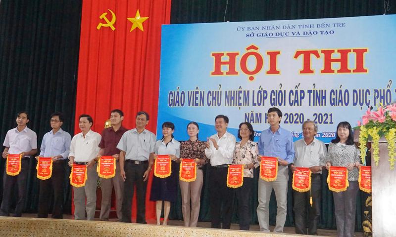 Ban tổ chức tặng cờ lưu niệm cho đại diện các đơn vị có giáo viên dự thi.