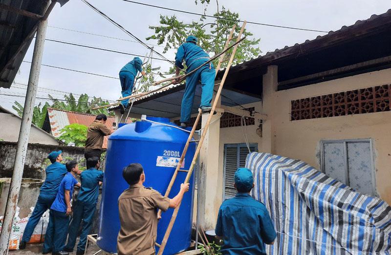 Cán bộ, chiến sĩ Ban Chỉ huy Quân sự xã Bình Hòa tham gia diễn tập phòng chống lụt bão.