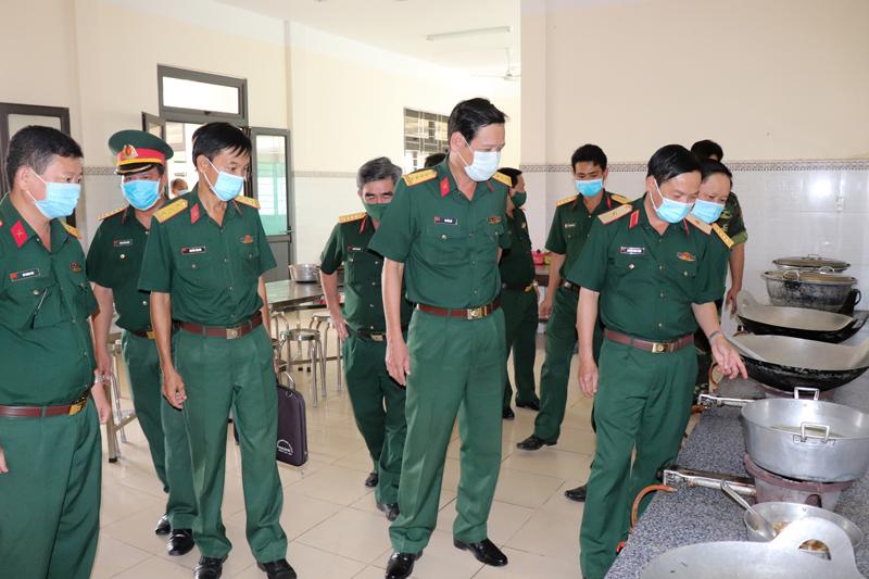 Đoàn kiểm tra thực tế khu cách ly công dân tại Trung đoàn 895.