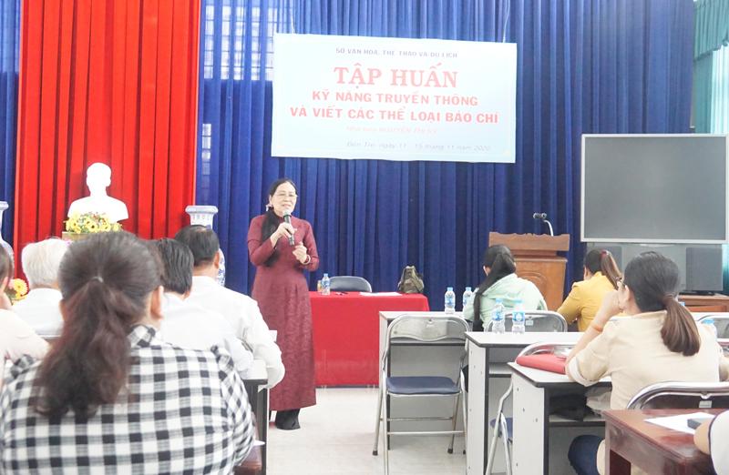 Nhà báo Nguyễn Thị Kỳ trao đổi, hướng dẫn các nội dung về viết báo.
