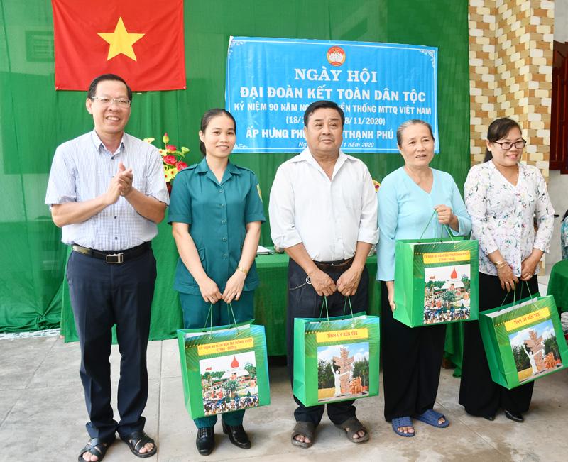 Bí thư Tỉnh ủy Phan Văn Mãi trao quà cho các cán bộ ấp.