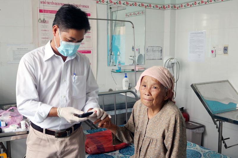Người dân kiểm tra đường huyết sàng lọc bệnh đái tháo đường.