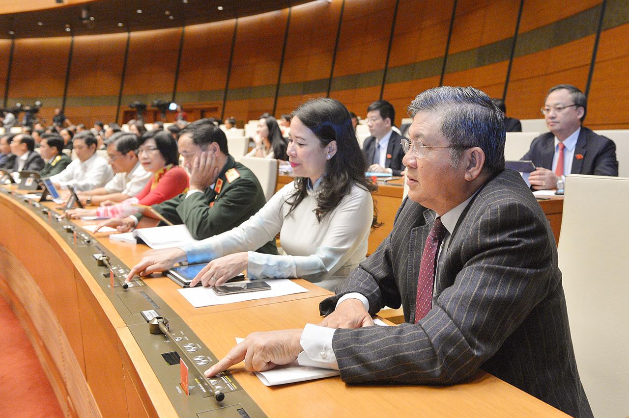 Đại biểu biểu quyết thông qua Nghị quyết Kỳ họp thứ 10, Quốc hội khóa XIV.