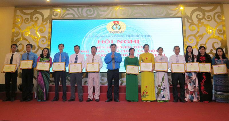 Chủ tịch Liên đoàn Lao động tỉnh khen thưởng cho các tập thể và cá nhân điển hình tiên tiến.