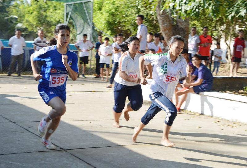 Các em học sinh thi đấu môn Điền kinh tại Hội khỏe Phù Đổng huyện Mỏ Cày Bắc năm 2020.