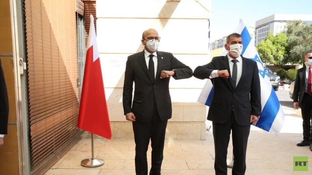 Ngoại trưởng Bahrain Abdul Latif Al-Zayani và Ngoại trưởng Israel Gabi Ashkenazi. Ảnh RT