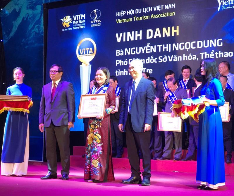 Ông Vũ Thế Bính - Phó chủ tịch Thường trực Hiệp hội Du lịch Việt Nam trao bằng khen cho các cá nhân tại lễ vinh danh. Ảnh CTV