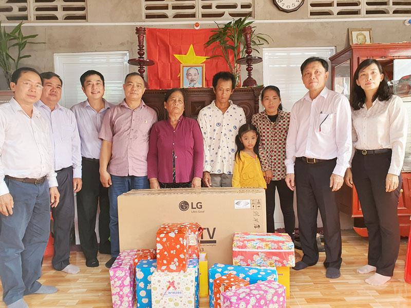 Chính quyền địa phương và nhà tài trợ tặng quà cho hai hộ gia đình tại xã Bình Thắng, huyện Bình Đại.