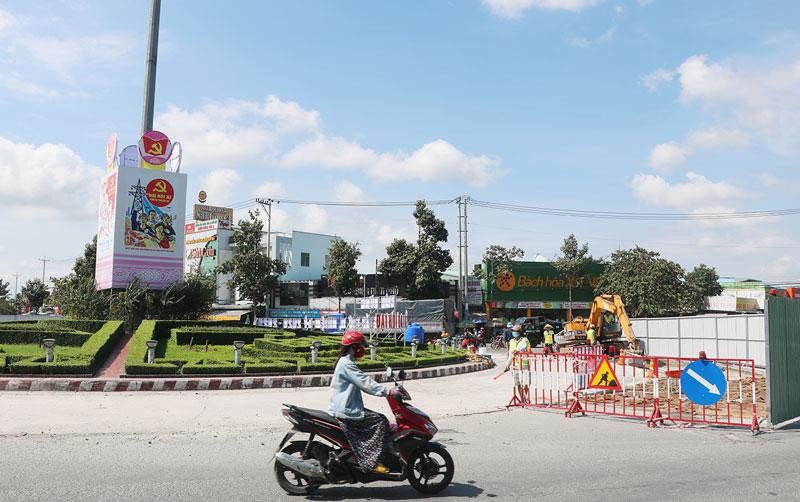 Sửa chữa mặt đường vòng xoay Tân Thành.