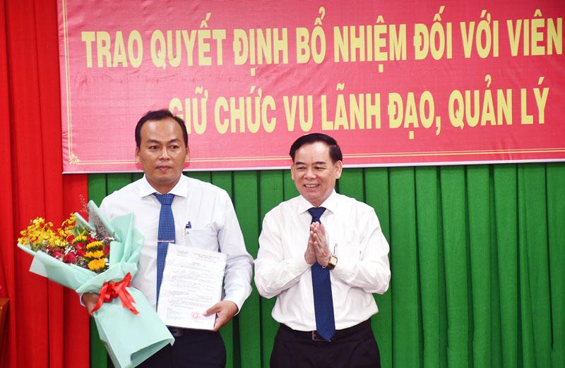 Chủ tịch UBND tỉnh Trần Ngọc Tam trao quyết định bổ nhiệm cho ông Nguyễn Văn Lớn.
