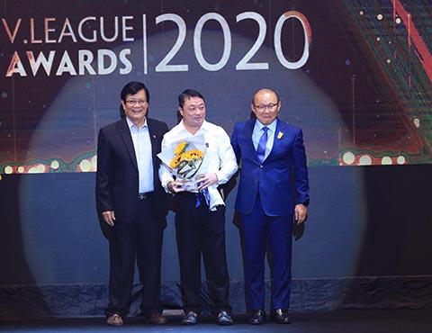 HLV Trương Việt Hoàng nhận giải HLV xuất sắc nhất V.League 2020 - Ảnh: Đức Cường
