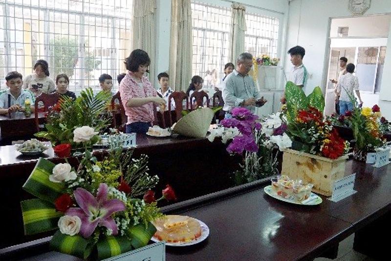 Các em học sinh và thầy cô giáo Trường Năng khiếu TDTT tham gia hội thi cắm hoa. Ảnh: Ánh Nguyệt.
