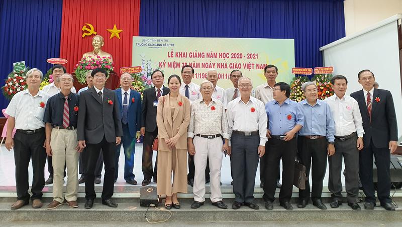 Bí thư Tỉnh ủy Phan Văn Mãi chụp ảnh cùng các thế hệ nhà giáo Trường Cao đẳng Bến Tre